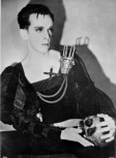 ROBERT HELPMANN AS HAMLET with YORICK 2